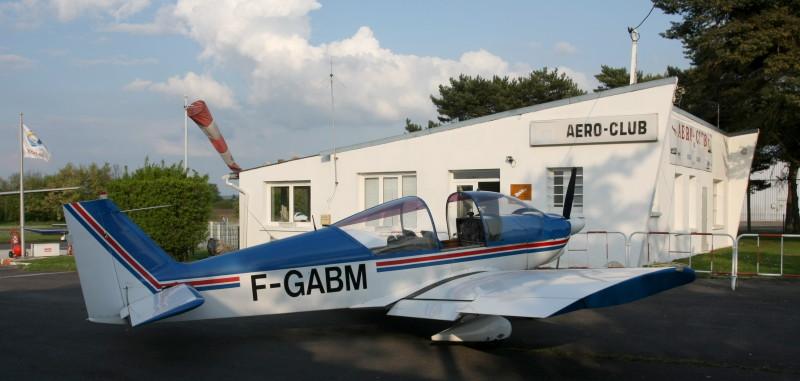 Un avion école devant les installations de l'aéro-club